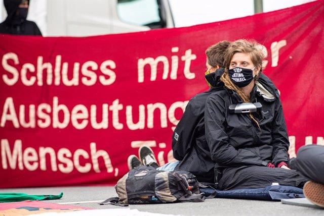 Alemania.- Activistas protestan de nuevo contra el foco de contagios y las condi
