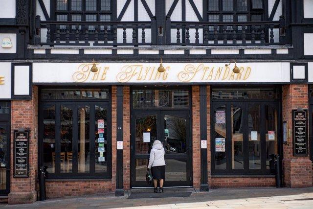 Coronavirus.- Los bares ingleses abren sus puertas después de tres meses de cuar