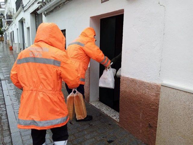 Reparto de bolsas por parte de voluntarios de Protección Civil.