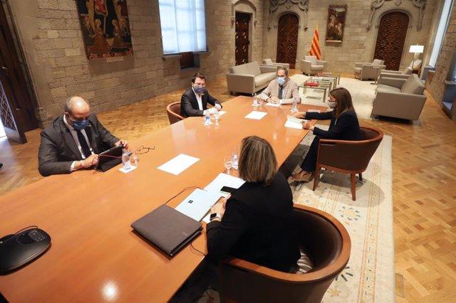 El president del Govern, Quim Torra, el vicepresident de la Generalitat, Pere Aragonès, la consellera de Salut, Alba Vergés, la consellera de la Presidència, Meritxell Budó, i el conseller d'Interior, Miquel Buch, durant la reunió del dissabte.
