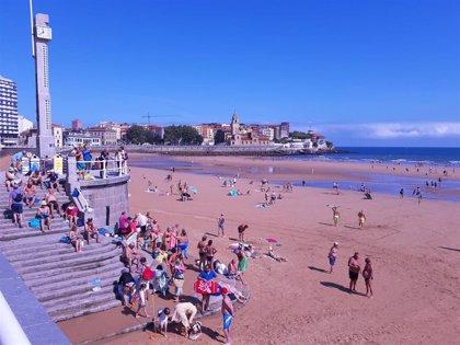 Gijón.- El acceso a la playa de San Lorenzo cerrado por aforo completo y la de Estaño cerca de completarse