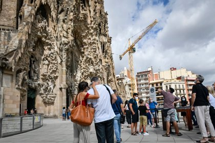 La Sagrada Familia reabre tras 114 días para homenajear a sanitarios