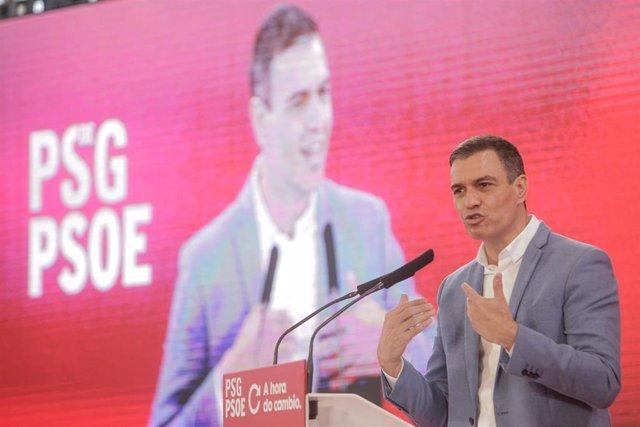 El presidente del Gobierno, Pedro Sánchez, interviene en un mitin con el candidato a la Xunta, Gonzalo Caballero, a 4 de julio de 2020.