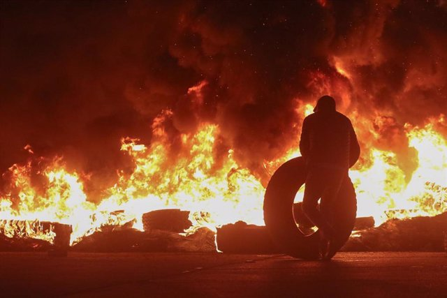 Barricada de neumáticos incendiada druante las protestas sociales en Chile