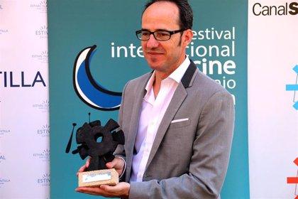 Pablo Cervantes recibe el Premio Francisco Elías en el Festival de Cine bajo la Luna de Islantilla (Huelva)