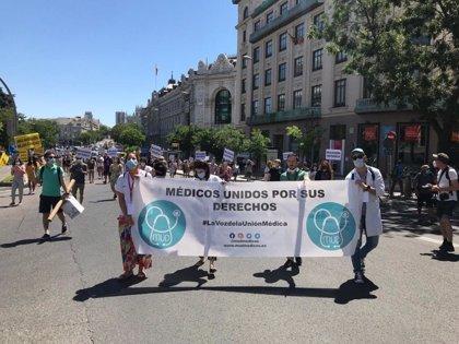 """Médicos protestan en València contra su """"precariedad"""": """"No nos dan las manos para asistir a todos los pacientes"""""""
