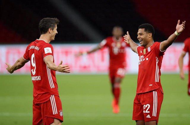 Robert Lewandowski y Serge Gnabry celebran el segundo gol del Bayern en la final de Copa