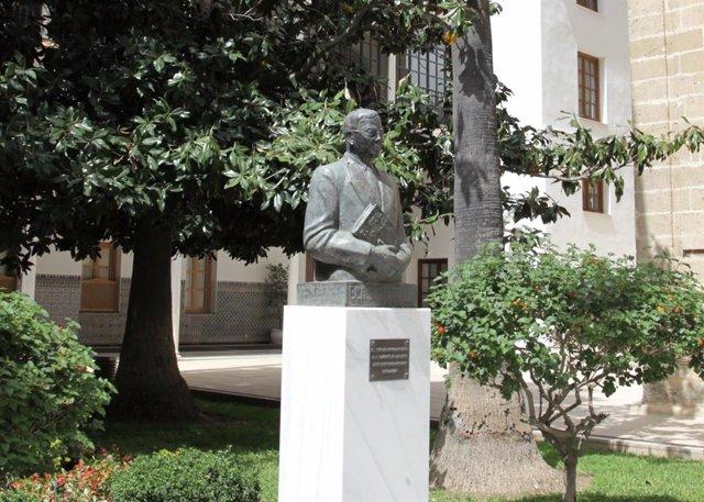 Busto de Blas Infante en la puerta del salón de Plenos del Parlamento andaluz