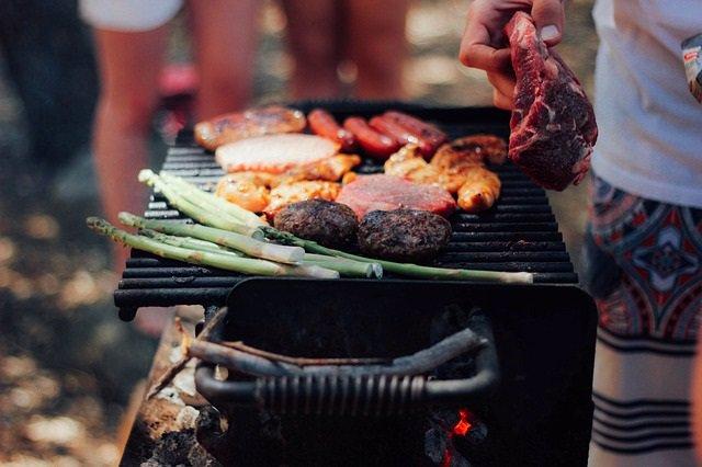 Carne roja procesada, barbacoa, hamburguesas, salchichas, chuletón