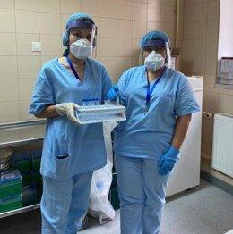 Dos trabajadores sanitarias en un hospital ruso