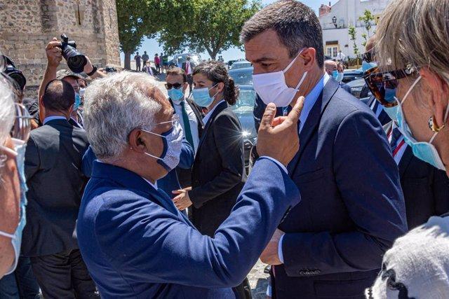 El presidente del Gobierno, Pedro Sánchez (d), conversa con el primer ministro de Portugal, António Costa (i), durante su paseo por la Alcazaba de Badajoz, Extremadura (España), a 1 de julio de 2020.