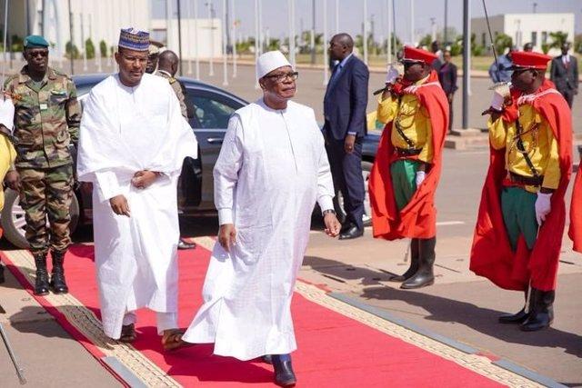 Malí.- El presidente de Malí se reúne con Dicko y otros partidos para ofrecer un