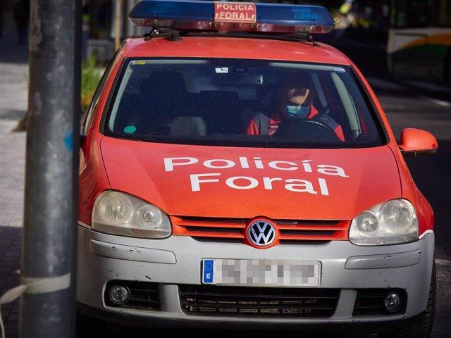 Un coche de la Policía Foral patrulla las calles durante el día 54 del estado de alarma en Pamplona / Navarra (España), a 7 de mayo de 2020.
