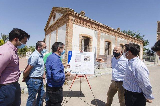 Óscar Liria Diputado de Fomento visita las obras de restauración de la estación del ferrocarril de Huercal overa junto al alcalde del municipio Domingo Fernández. Vía verde Huércal Overa. Paraje de la Estación.
