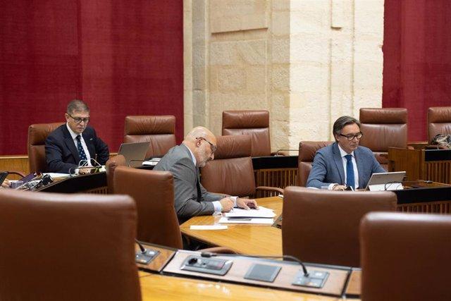 El portavoz parlamentario de Voz, Alejandro Hernández (c) con miembros de su grupo después de conocer  que Francisco Serrano deja Vox, aunque no el acta de diputado, por presunto fraude en subvenciones, en la primera jornada del Pleno del Parlamento andal