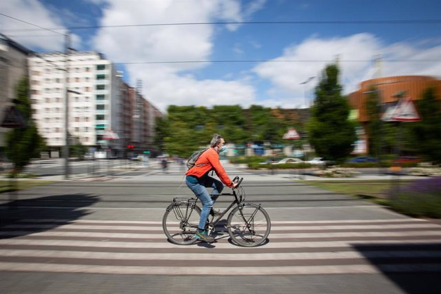 Una persona monta en bicicleta durante el día 90 del estado de alarma, cuando la micromovilidad se está convirtiendo en una solución sostenible en las grandes ciudades en la era pos-COVID. Bicis, patinetes o motos eléctricas, compartidas o en propiedad, s