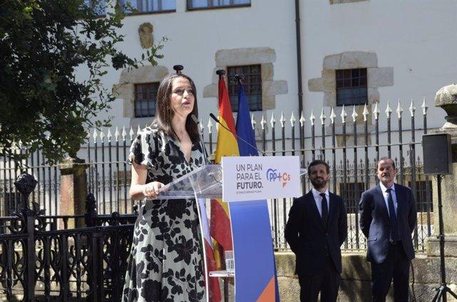 La presidenta de Ciudadanos, Inés Arrimadas, en la casa de Juntas de Gernika, junto a Pablo Casado (PP)