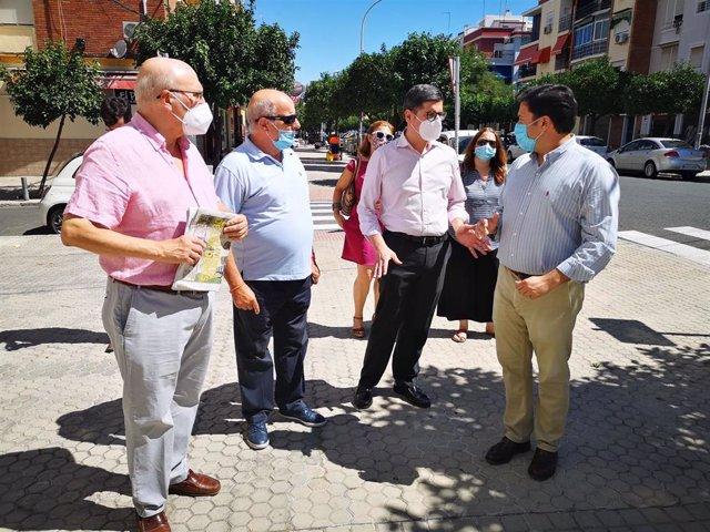 Álvaro Pimentel visita el distrito San Pablo-Santa Justa junto a los miembros de la Asociación de Vecinos Huerta de Santa Teresa.
