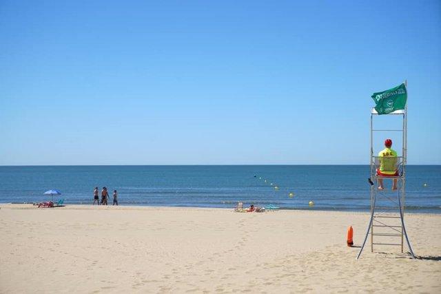 Un socorritas vigilan en una playa de Ayamonte durante la jornada del pasado viernes.