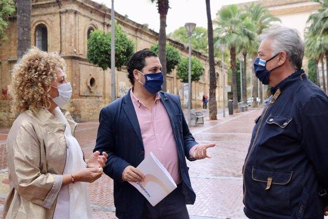 La presidenta del grupo del PP en el Ayuntamiento de Huelva, Pilar Martín, a la izquierda, en una foto de archivo.