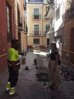 La concejal responsable del área de Mantenimiento del Ayuntamiento de Granada, Eva Martín, visita las obras en calle Concepción