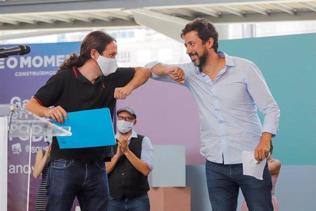 (I-D) El vicepresidente segundo del Gobierno y líder de Podemos, Pablo Iglesias; y el candidato de Galicia en Común-Anova Mareas para los comicios gallegos del 12 de julio, Antón Gómez-Reino, se saludan en un mitin