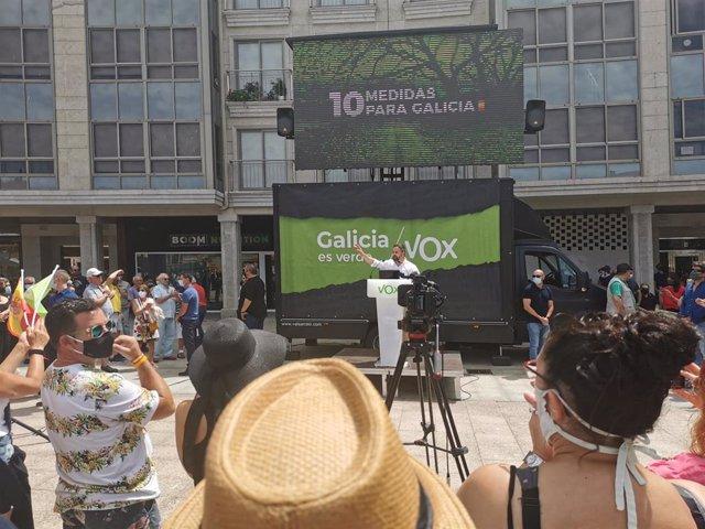El presidente de Vox, Santiago Abascal, en un mitin en Ribeira (A Coruña).