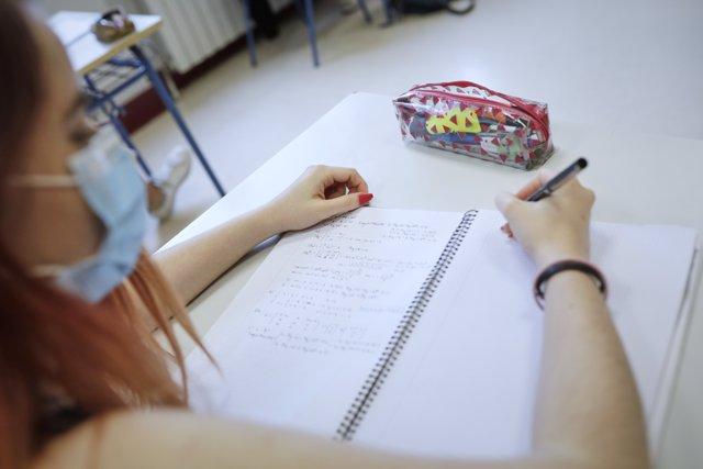 Una alumna de 2º de Bachillerato se prepara para la Evaluación de Acceso a la Universidad (EVAU).