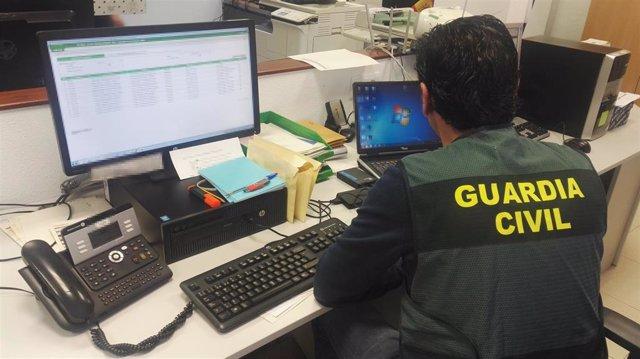 Agente de la Guardia Civil trabajando ante un ordenador en imagen de archivo