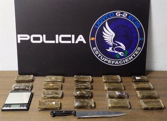 Incautación de cerca de 1,8 kilos de hachís, dinero y útiles en el operativo en el cual se ha desmantelado un punto de venta de drogas en el barrio palmesano de Son Gotleu.
