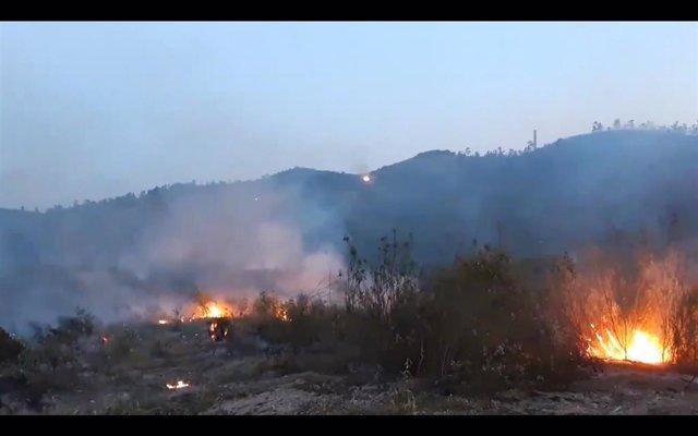 Incendio en Almonaster la Real (Huelva). Foto de archivo.