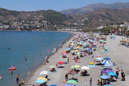 Restringen en Almuñécar (Granada) el acceso a la playa de Calabajío ante la gran afluencia de bañistas