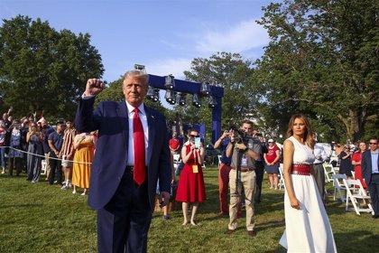 """Trump pone de nuevo en aprietos a las autoridades sanitarias al decir que la COVID-19 es 99% """"inocua"""""""