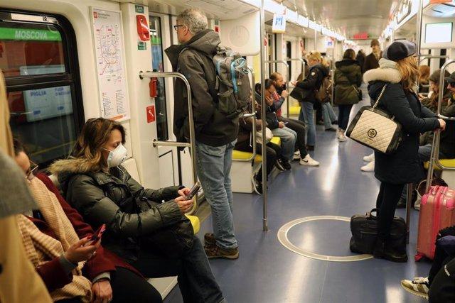 Mascarillas por el coronavirus en el metro de Milán