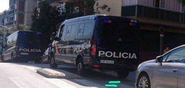 Un furgón de la Policía Nacional en el operativo contra el yihadismo en Badalona.