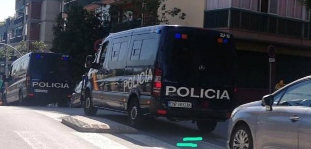 Un furgó de la Policia Nacional en l'operatiu contra el yihadismo a Badalona.