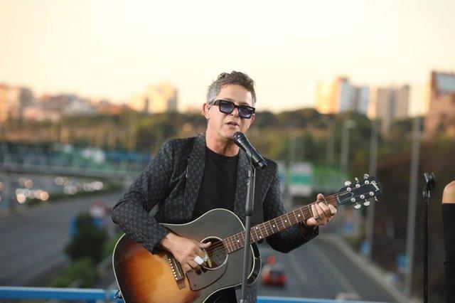 Alejandro Sanz realiza un concierto sorpresa desde el puente de la M-30 que cone