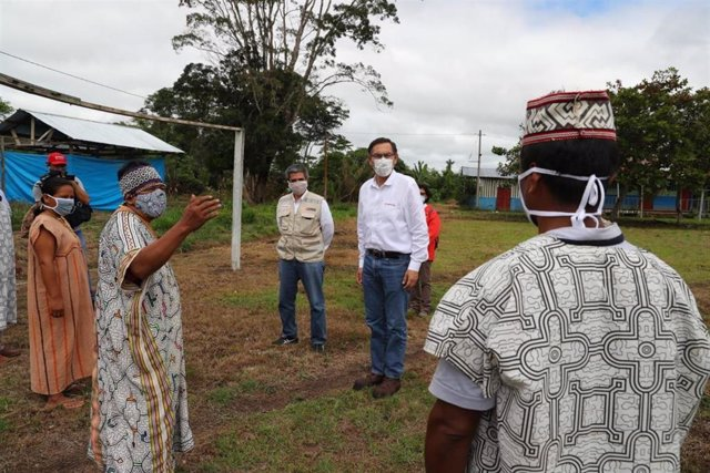 El presidente de Perú, Martín Vizcarra, con indígenas en la región amazónica de Madre de Dios durante la pandemia de coronavirus