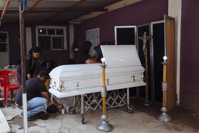 Laboresde preparación de uno de los féretros de las víctimas de la masacrede un centro de rehabilitación de Irapuato, en ciudad de México.