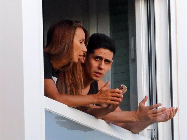 Christopher y Fani, asomados a la ventana de su domicilio en una imagen reciente, mantienen una seria conversación