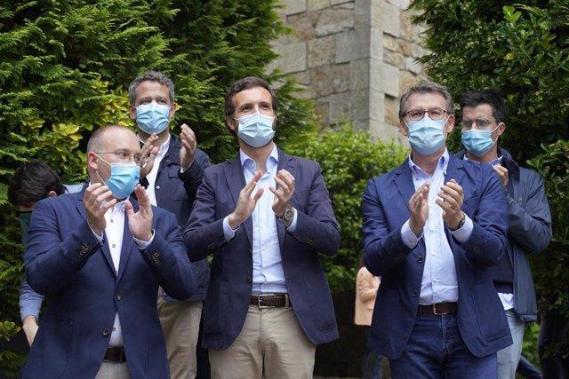 El presidente de la Xunta, Alberto Núñez Feijóo, y el presidente del PP, Pablo Casado, durante la presentación de candidaturas del PP en Galicia para los comicios del 12 de julio. En Santiago de Compostela, a 21 de junio de 2020.