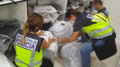 Incautados más de 800 productos falsificados de marcas en un polígono industrial de Málaga y detenidas 13 personas