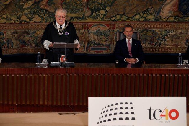 El presidente del Tribunal Constitucional, Juan José González Rivas (i), durante su intervención en el acto en conmemoración del XL Aniversario de la entrada en funcionamiento del Tribunal Constitucional.