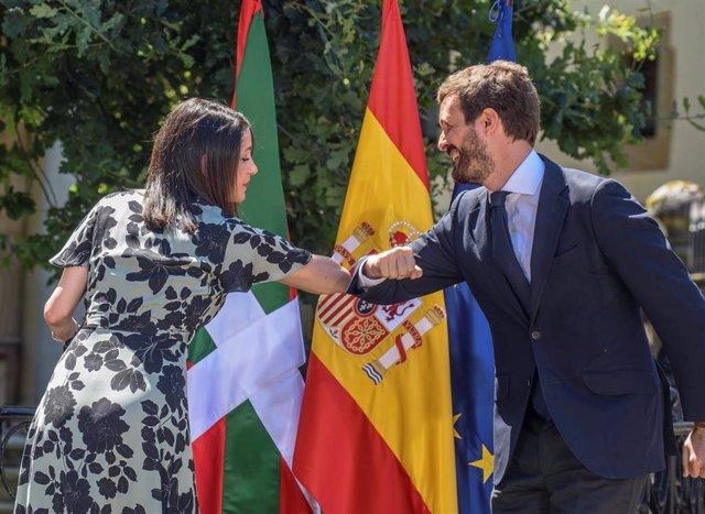 La presidenta de Ciudadanos, Inés Arrimadas; y el presidente del PP, Pablo Casado, se saludan con el codo durante el acto central de campaña de la coalición PP+Cs en la Casa de Juntas de Gernika. En Guernika, Vizcaya, a 5 de julio de 2020.