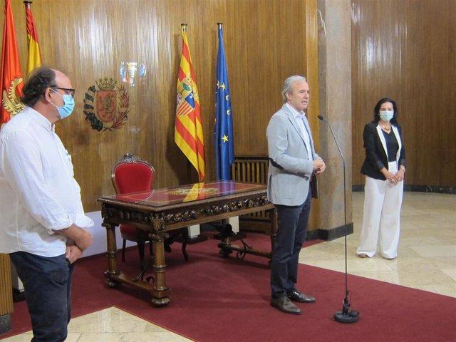 El alcalde de Zaragoza, Jorge Azcón, con la preesidenta de la Asociación AVACA,  Mar Martín, y el tesorero, Francisco Lacruz