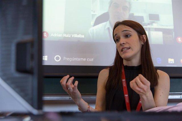Laura Saludas, durante la defensa de su tesis en el edificio de Ciencias, con cuatro miembros del tribunal online