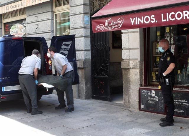 Dos trabajadores de la Funeraria Servisa recogen los cuerpos sin vida del hostal de la calle Postigo de San Martín de Madrid.