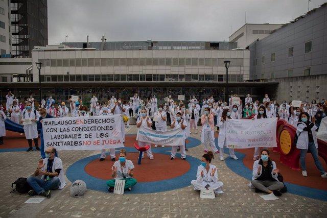 Membres del personal sanitari protegits amb mascarilla sostenen cartells durant la concentració de sanitaris en el Dia Internacional de la Infermeria a les portes de l'Hospital Vall d'Hebron, a Barcelona (Catalunya, Espanya), a 12 de maig de 2020.