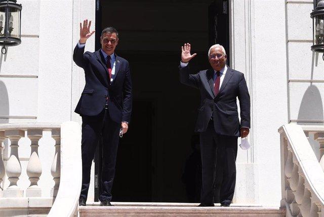 El presidente del Gobierno, Pedro Sánchez (i); y el primer ministro de Portugal, António Costa (d), saludan antes de mantener en un encuentro con en el Palacio de São Bento, en Lisboa (Portugal), a 6 de julio de 2020.