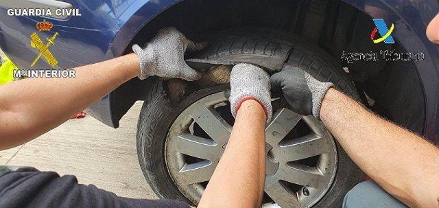 Droga intervenida en una de las ruedas del coche en el puerto de Melilla